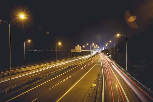 Straße in der Nacht ©picjumbo.com - https://picjumbo.com/night-car-lights-on-the-road/