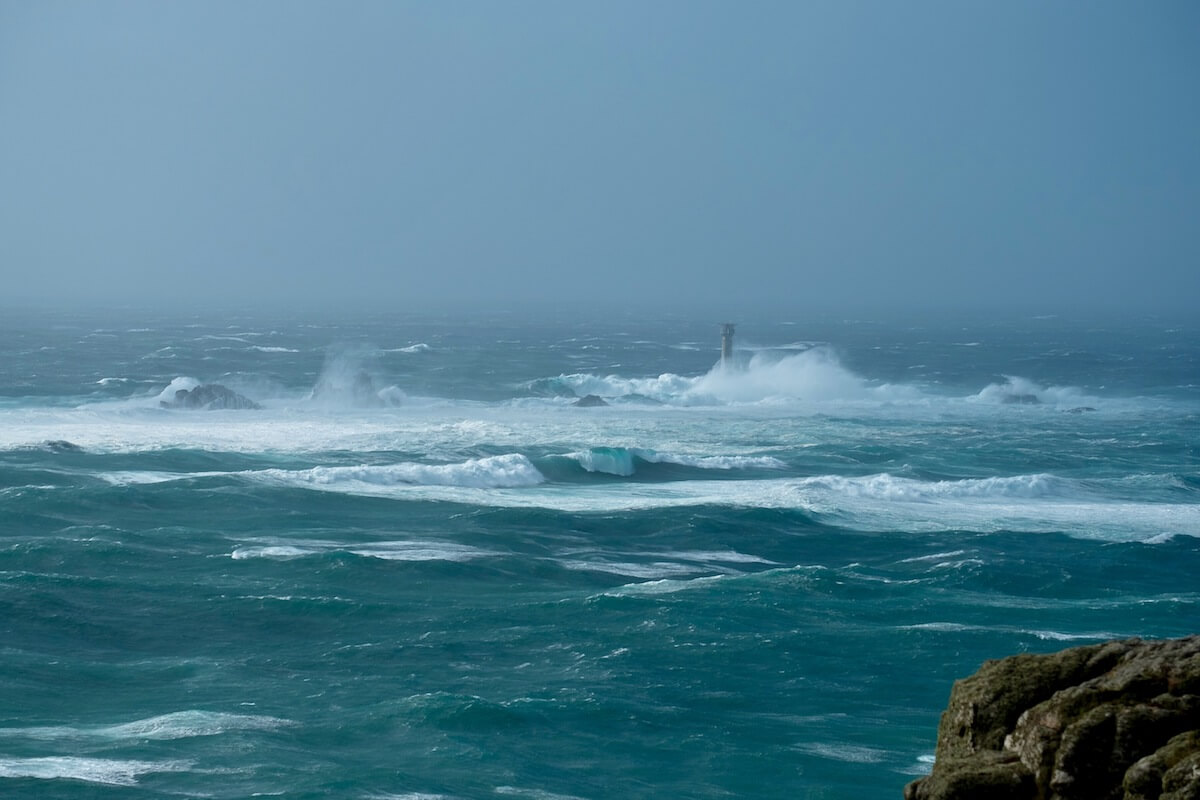 Hurrikan Ophelia steuert auf Irland zu ©shutterstock.com/ Smokin_louise_naturephoto - https://www.shutterstock.com/de/image-photo/hurricane-ophelia-hitting-lands-end-longships-735526282?src=chZ65pBzjhVtQa4QzHk0FA-1-58