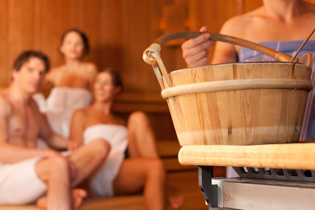 Freunde in der Sauna ©shutterstock.com/ Kzenon