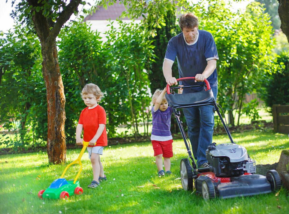 Mann mit Kindern bei Gartenarbeit © Romrodphoto
