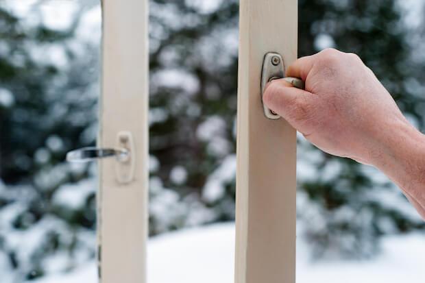 Mann öffnet Fenster ©shutterstock.com/quadshock - https://www.shutterstock.com/de/image-photo/hand-man-opens-wooden-windows-252537259