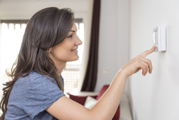 Frau, die Thermometer zurückdreht ©shutterstock.com/santypan - https://www.shutterstock.com/de/image-photo/beautiful-happy-woman-push-button-digital-295373561?src=2Edp_Wx27Qr9vzrjUqpr_w-1-44