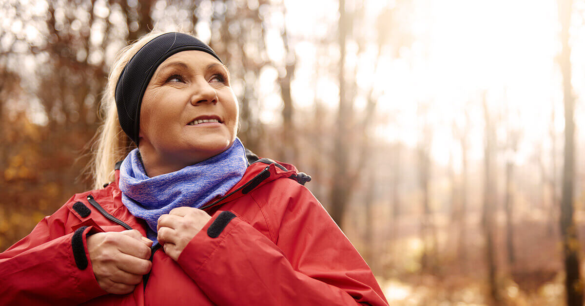 Dame beim Laufen im Wald ©shutterstock.com/gpointstudio - https://www.shutterstock.com/de/image-photo/close-female-senior-runner-outdoors-679580680