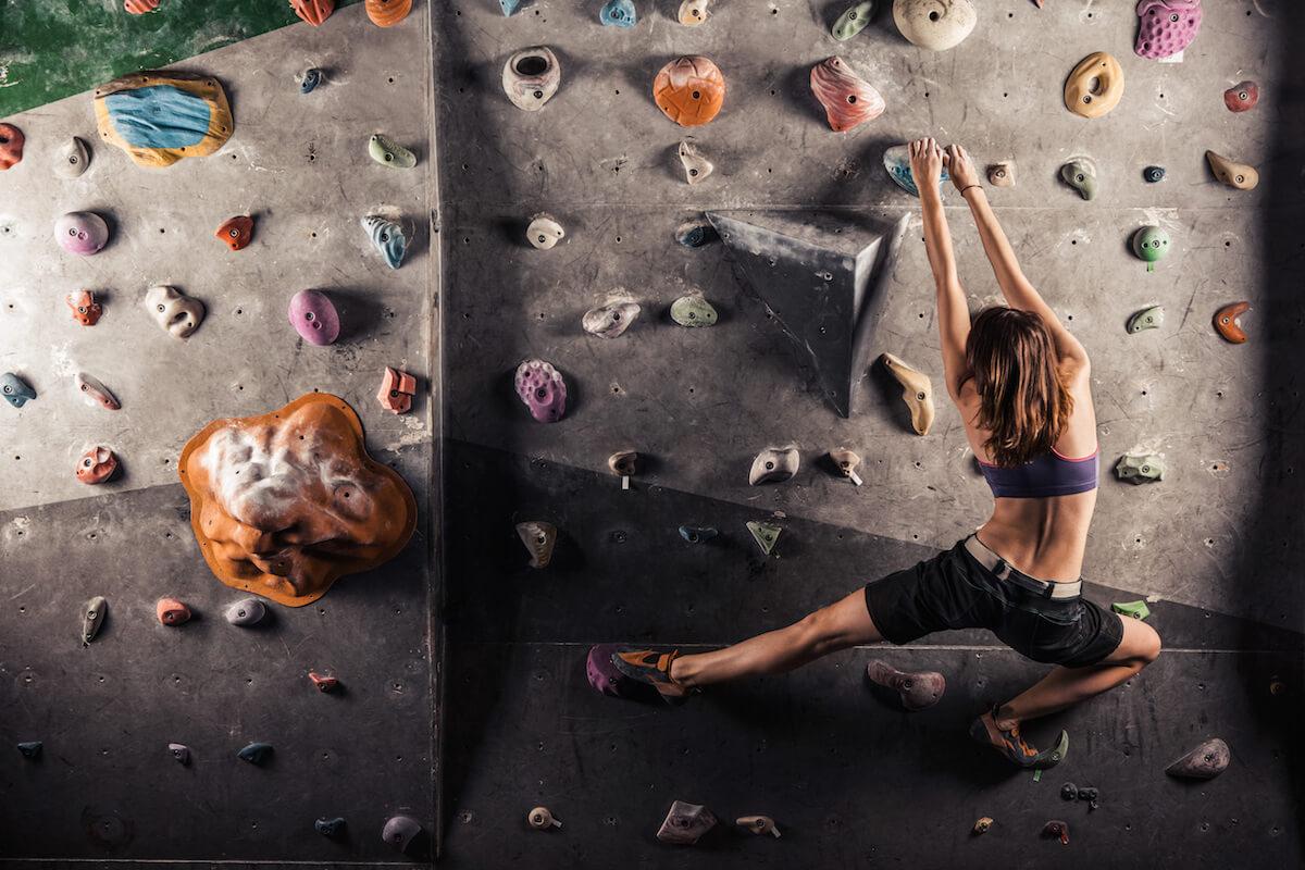 Frau beim Klettern in der Kletterhalle. ©shutterstock.com