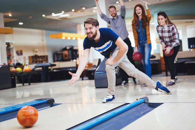 Freunde beim Bowling. ©shutterstock.com/nd3000