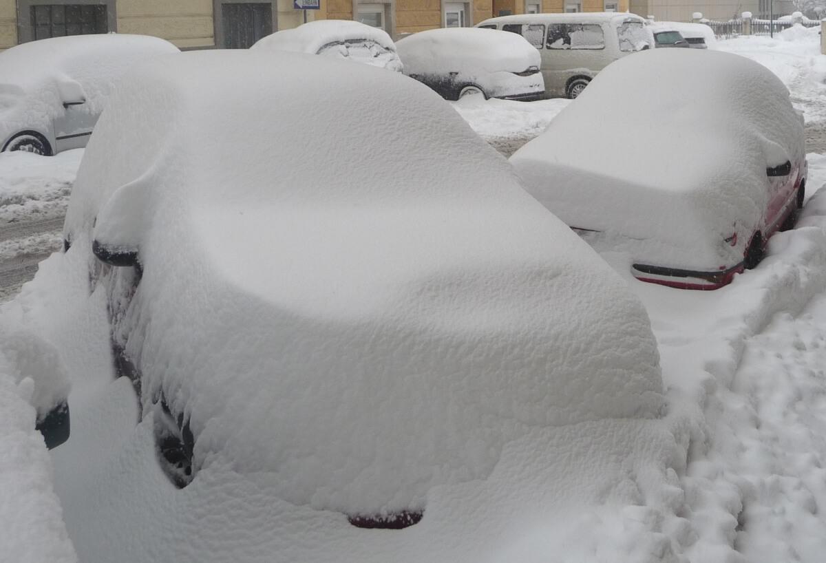 Ein verschneites Auto in Wien. © Nikolas Zimmermann