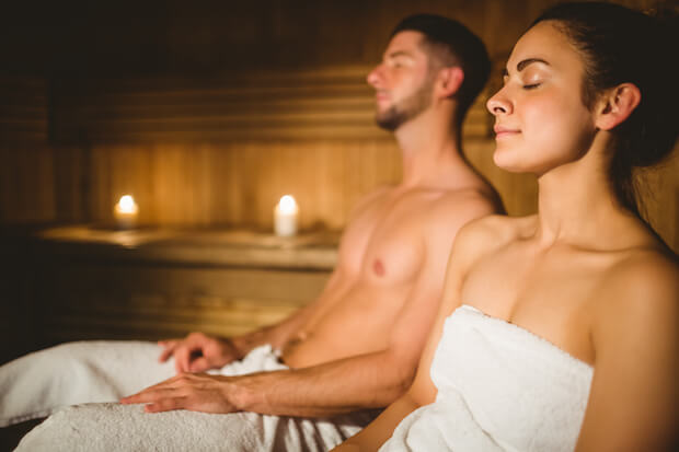 Junges Paar in der Sauna ©shutterstock.com/wavebreakmedia - http://premier.shutterstock.com/image/detail-333197942/happy-couple-enjoying-the-sauna-together-at-the-spa
