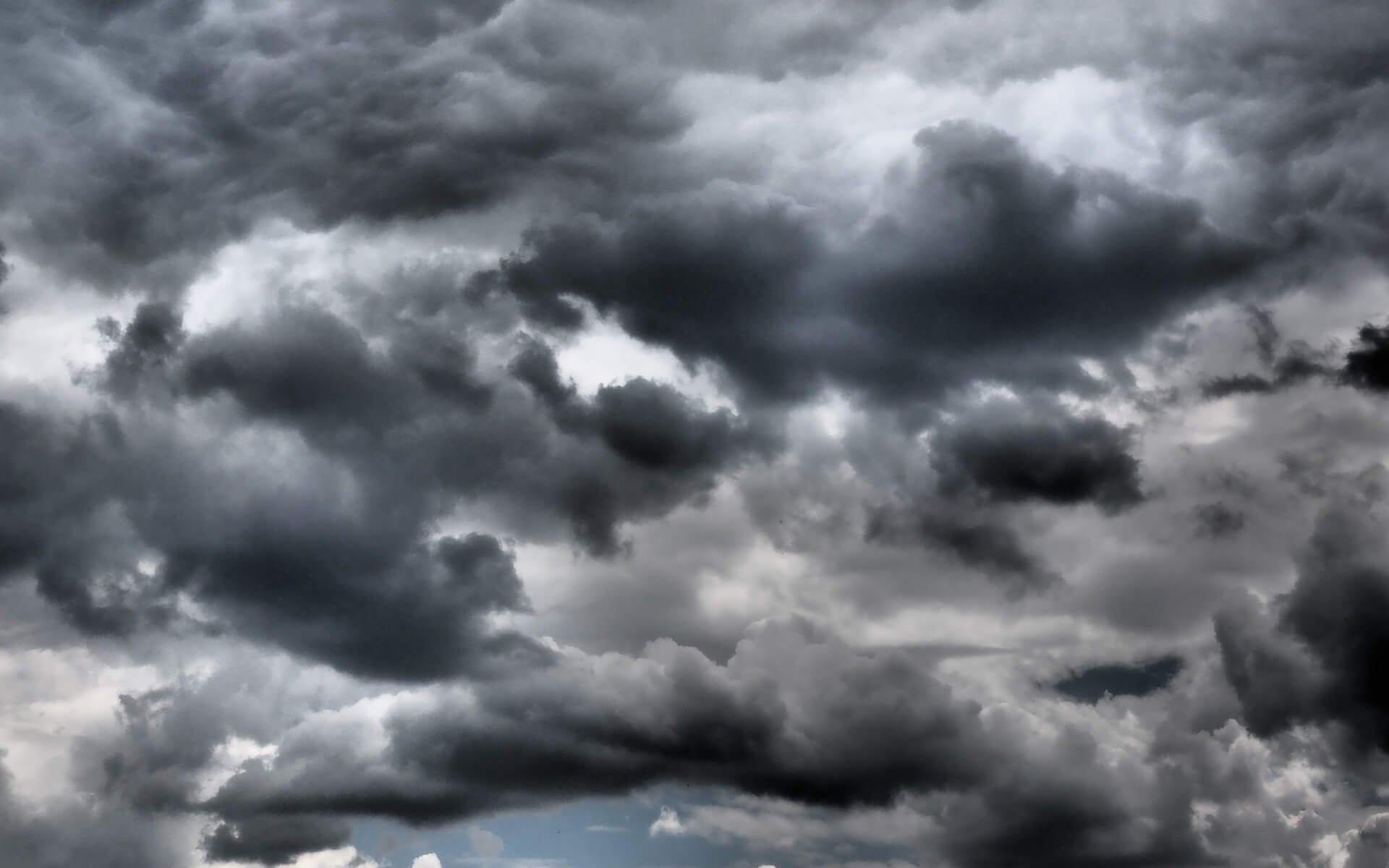 Dunkle Wolkendecke am Himmel.