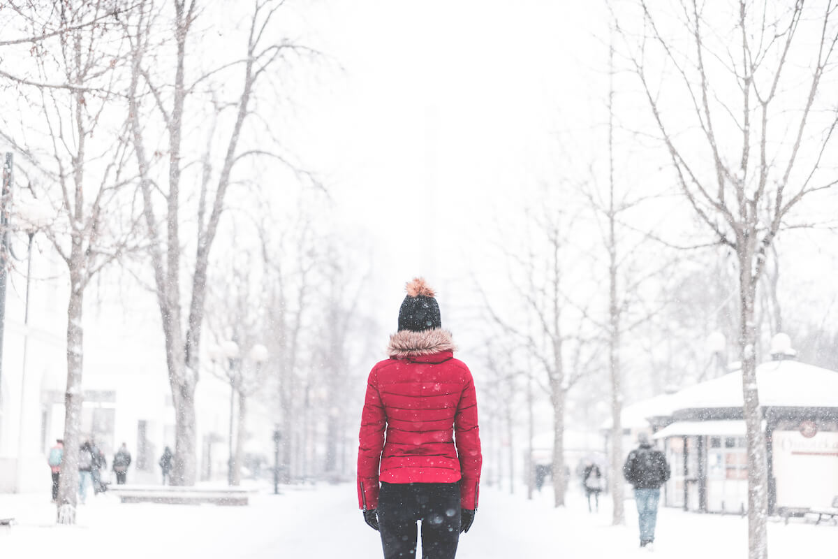 Frau im verschneiten Park ©picjumbo.com - https://picjumbo.com/woman-standing-in-the-middle-of-the-park-in-snowy-weather/