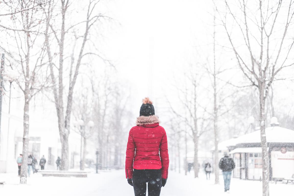 Frau im verschneiten Park ©picjumbo.com - https://picjumbo.com/woman-standing-in-the-middle-of-the-park-in-snowy-weather/