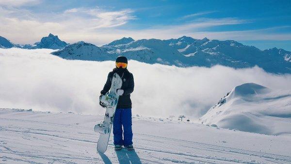 Snowboarder auf dem Berg. Sonne und Nebel. @unsplash.com