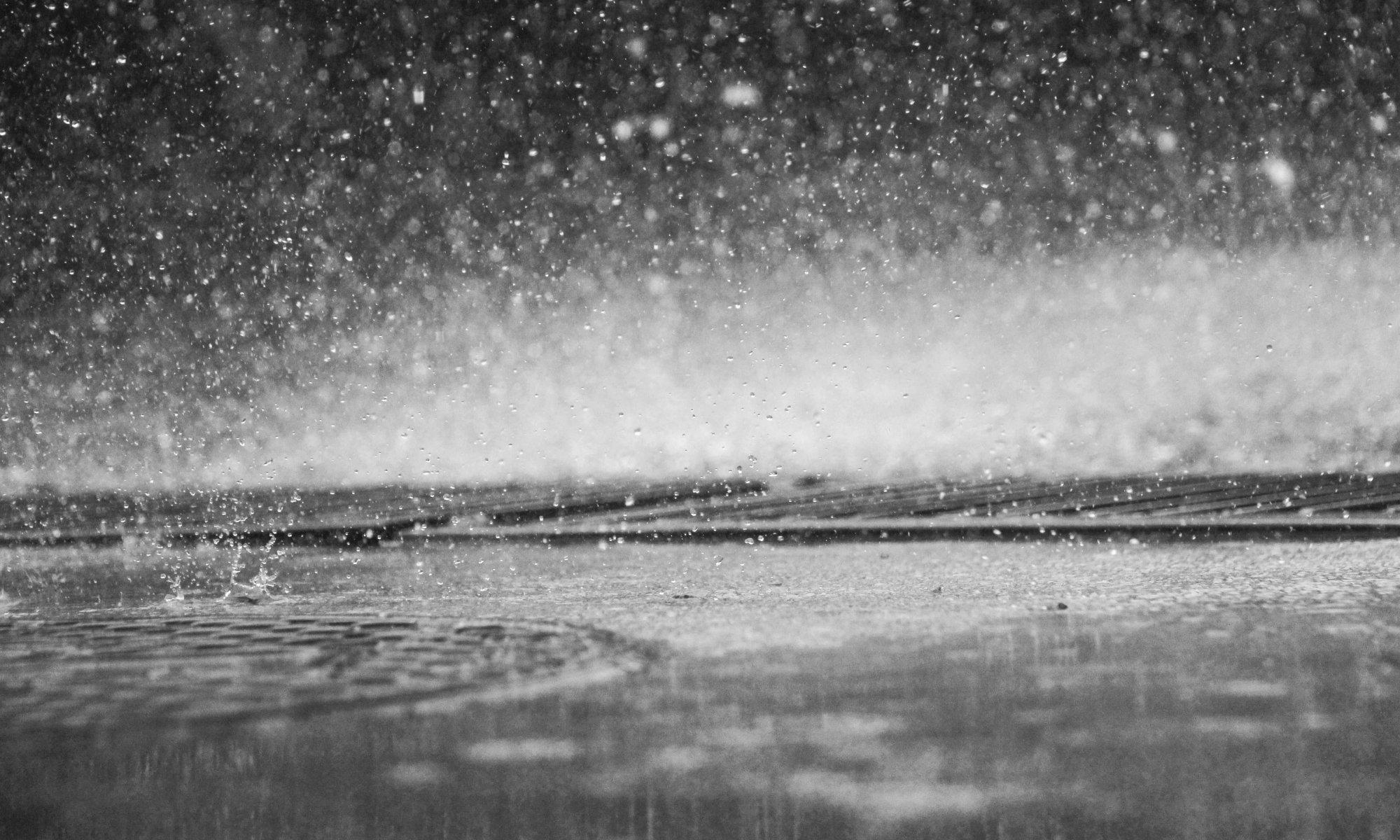 Viel Regen prasselt vom Himmel. © www.unsplash.com, Eutah Mizushima