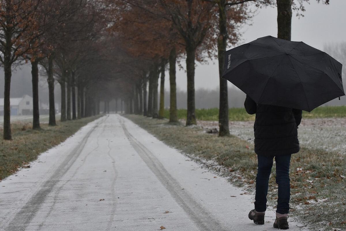 Person mit Regenschirm bei nebeligem Wetter. @pixabay