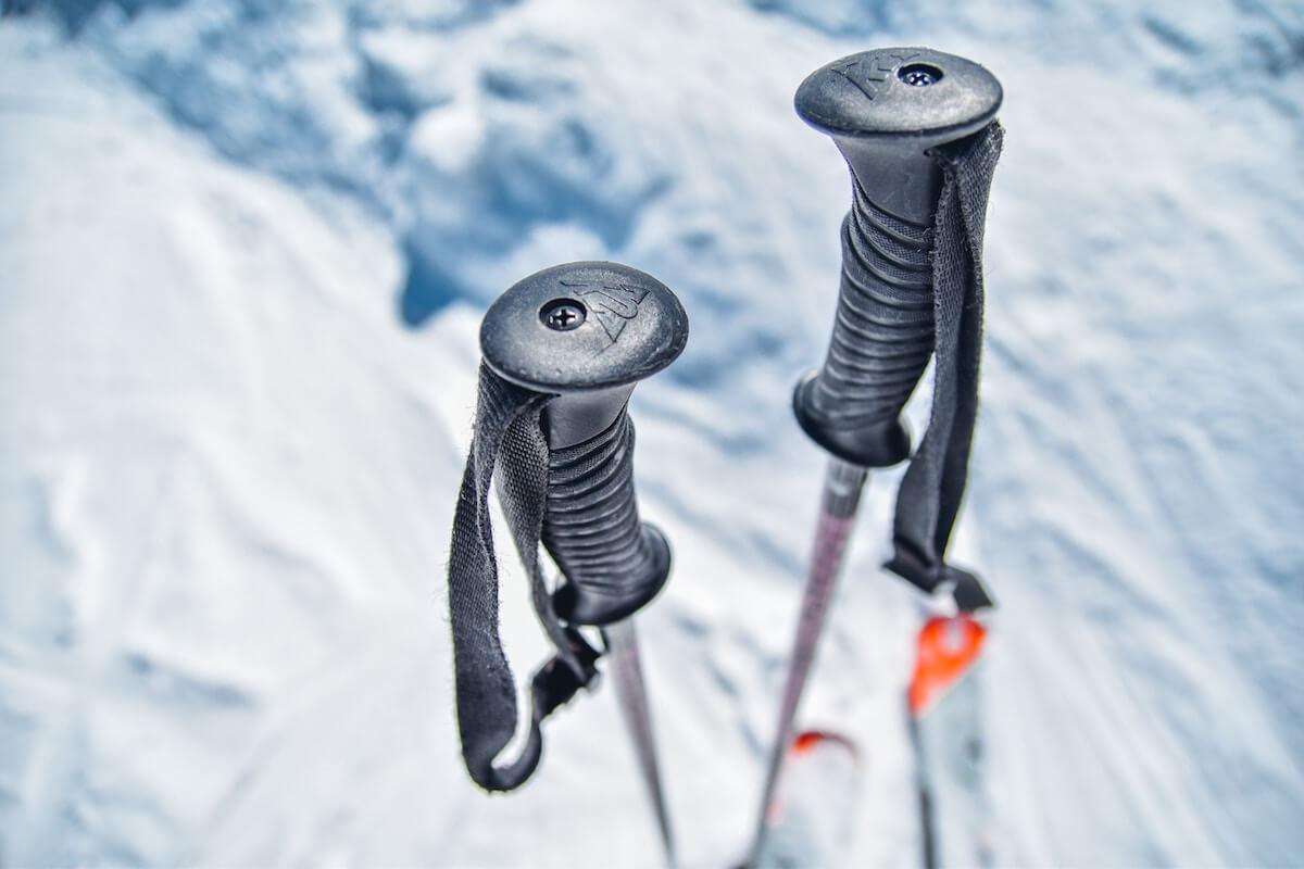 Skistecken auf einer Piste in Nahaufnahme. @unsplash.com
