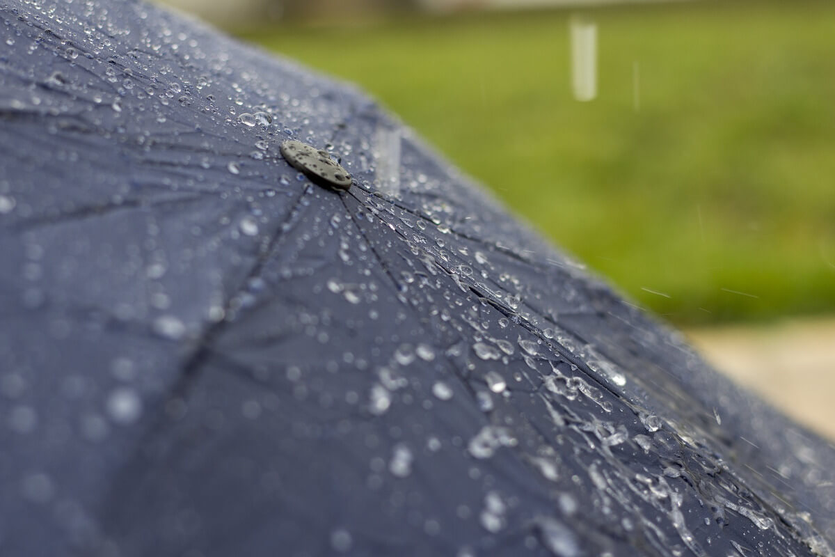 Regentropfen auf gespannten Regenschirm ©pixabay