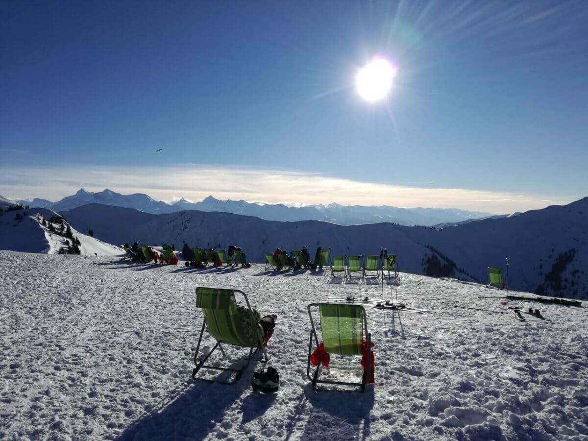 Skifahrer genießen im Liegestuhl am Berg den Sonnenschein © pixabay/sunyela