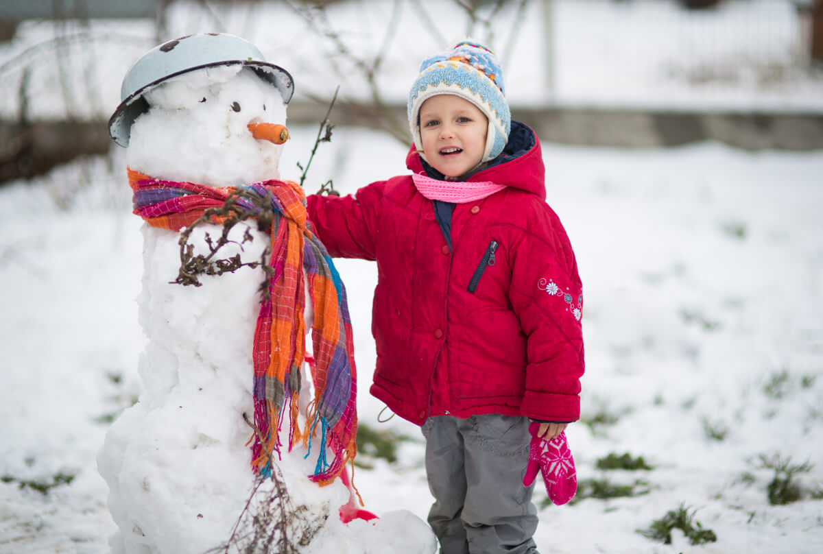 Kind mit selbst gebauten Schneefall © Tiplyashina Evgeniya