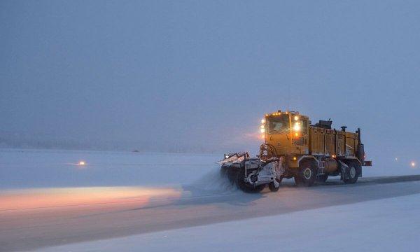 Schneepfug bei Schneefall.