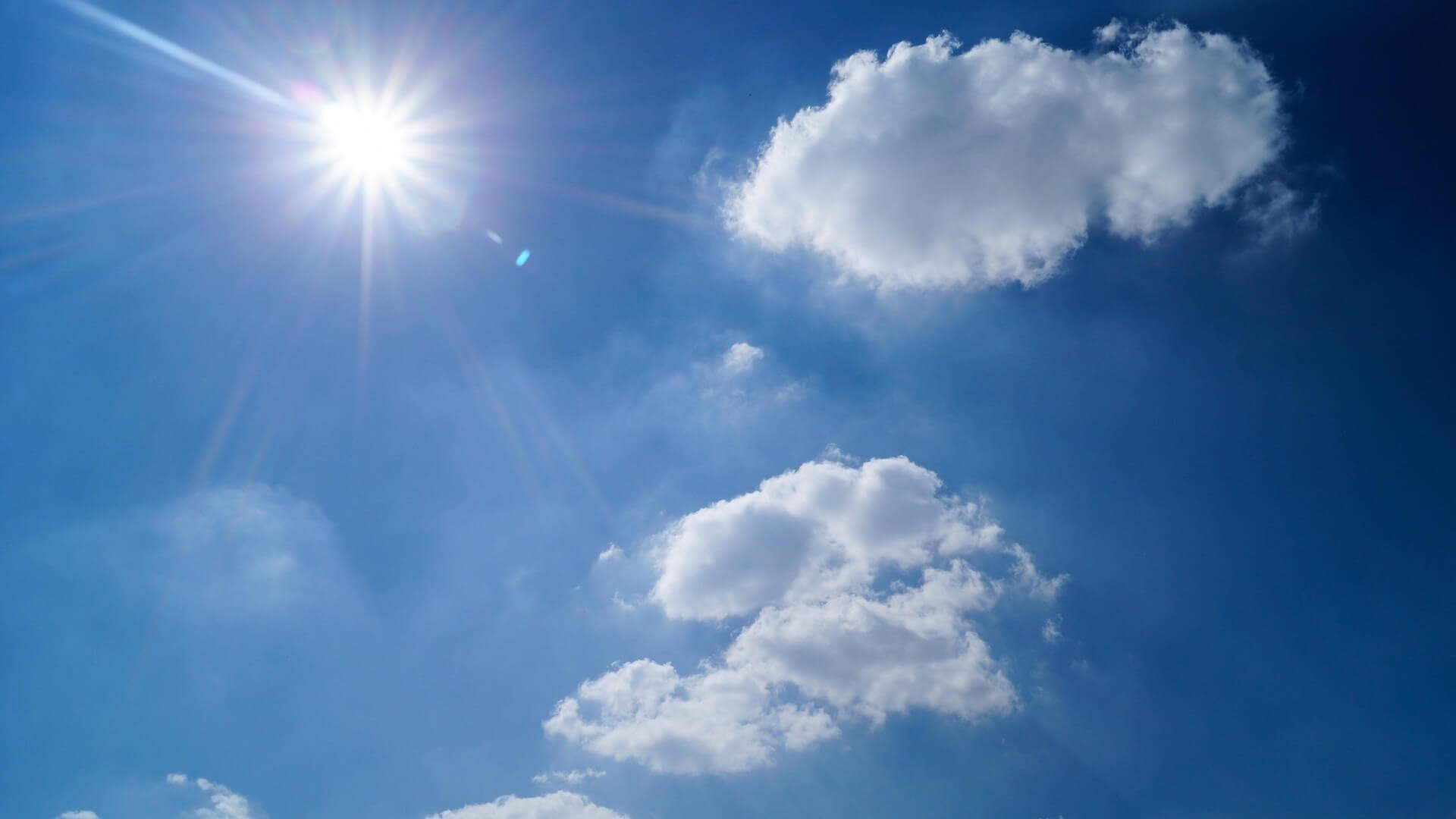 Sonniger Himmel mit einigen Wolken_pexels