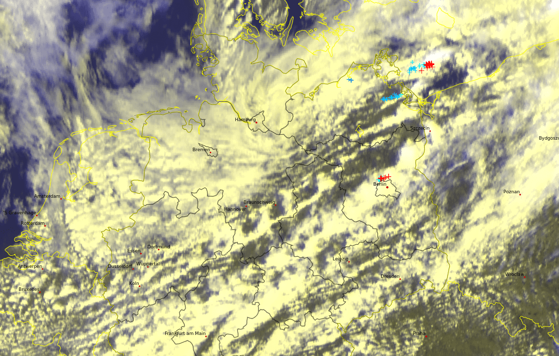 Satellitenbild und aktuelle Blitze. © EUMETSAT / nowcast / UBIMET