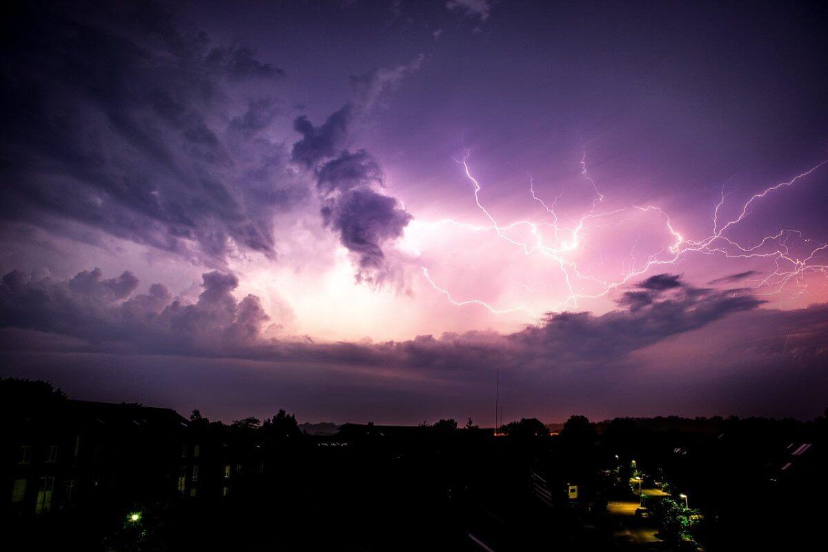 Blitze erleuchten den Nachthimmel © pixabay