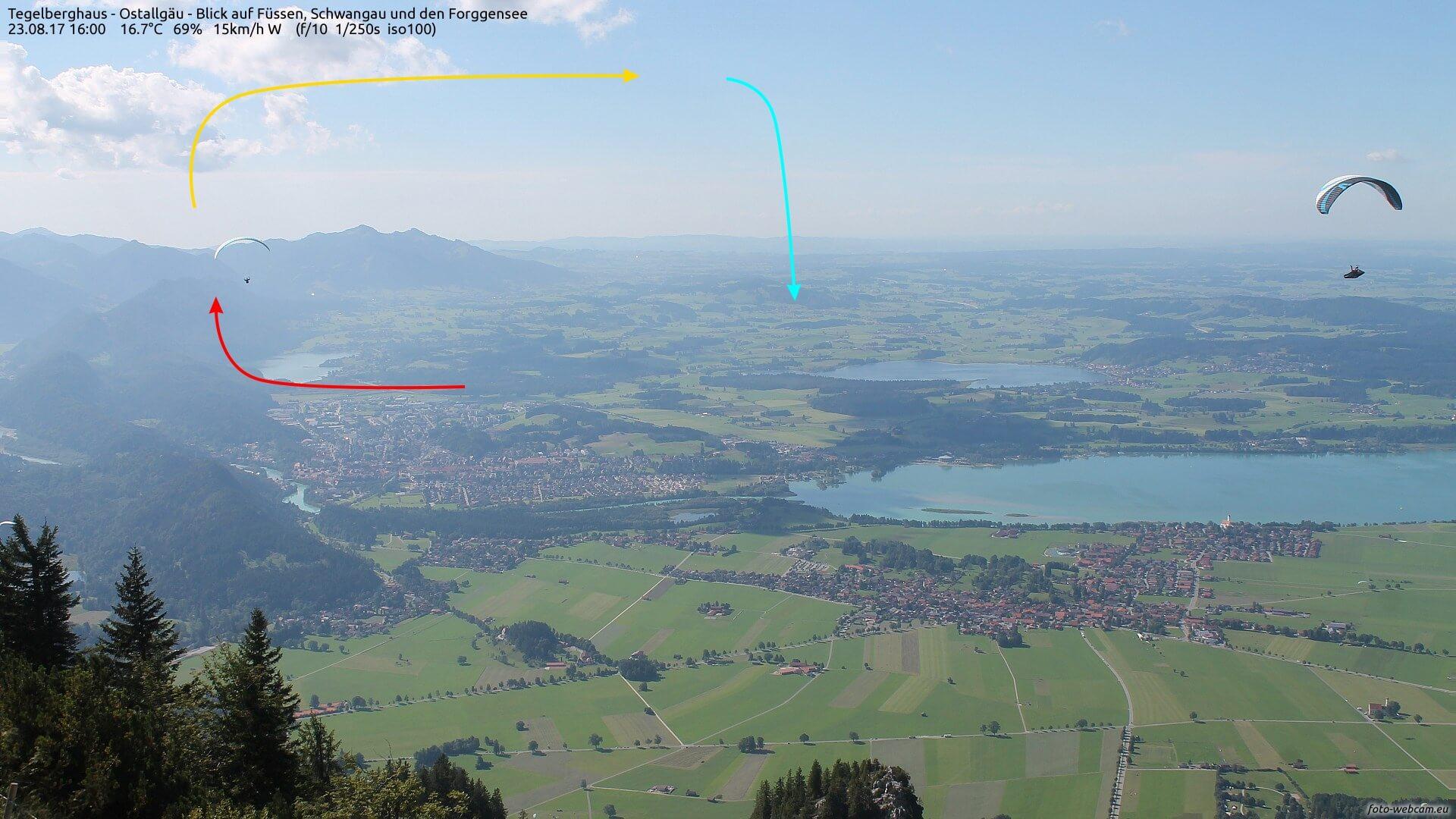 Paragleiter am Alpenrand. © www.foto-webcam.eu