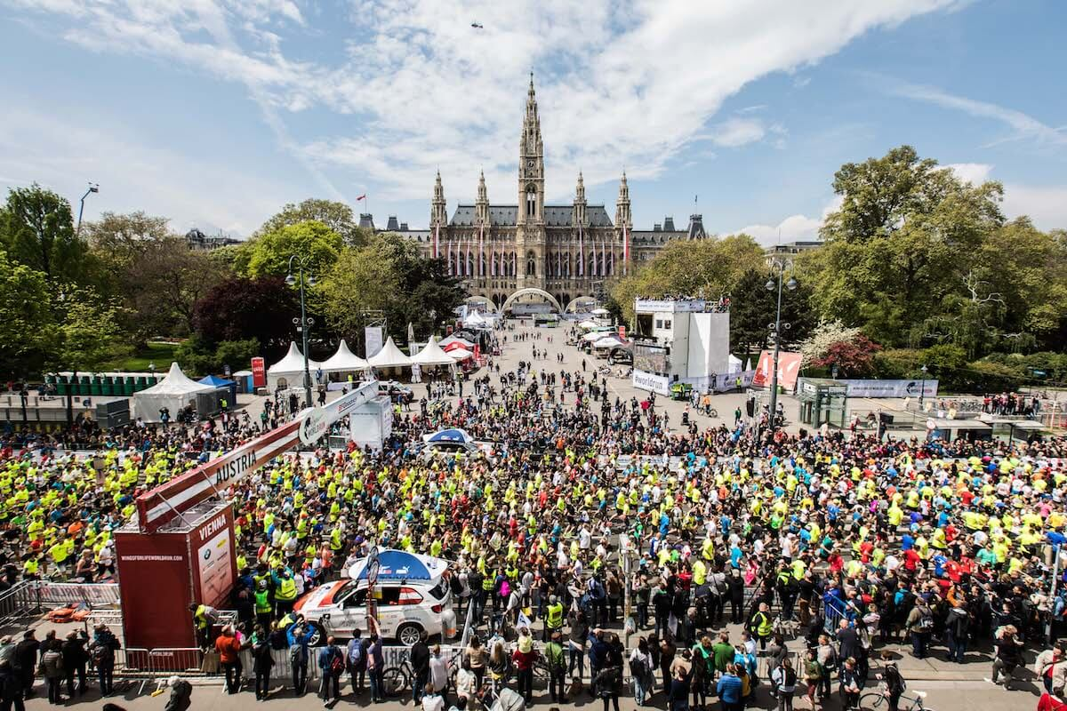 Viele Läufer am Rathausplatz in Wien. @Philipp Greindl for Wings for Life World Run