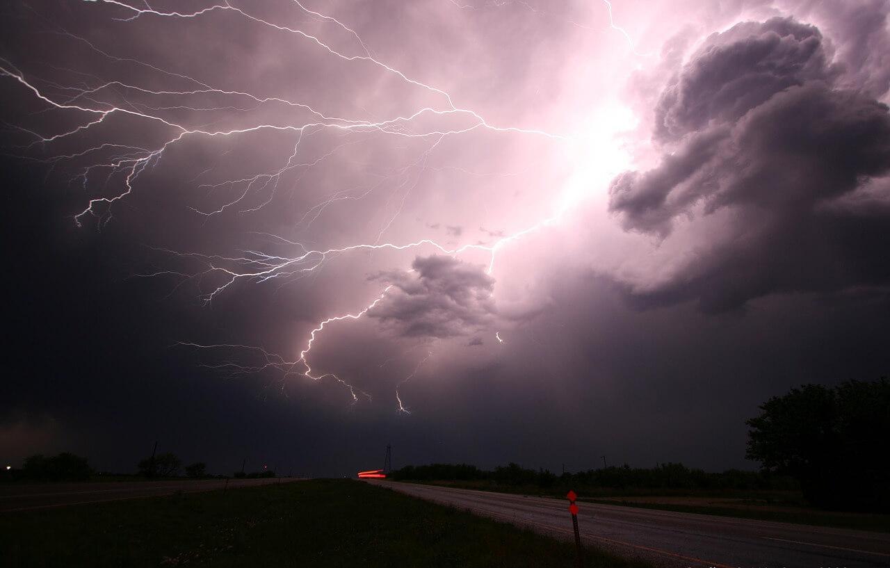Blitze zucken am Himmel @pixabay