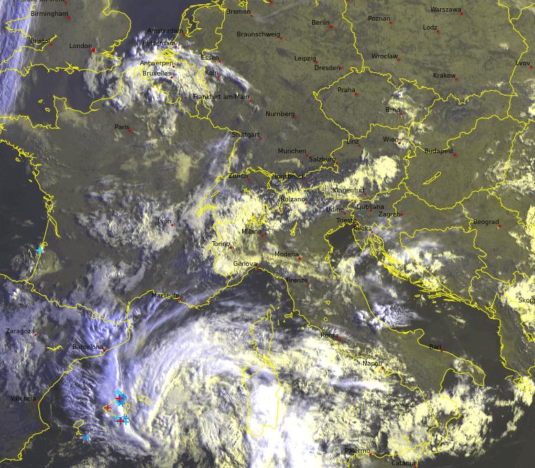 Satellitenbild und Blitze am Montagmorgen. © UBIMET / EUMETSAT