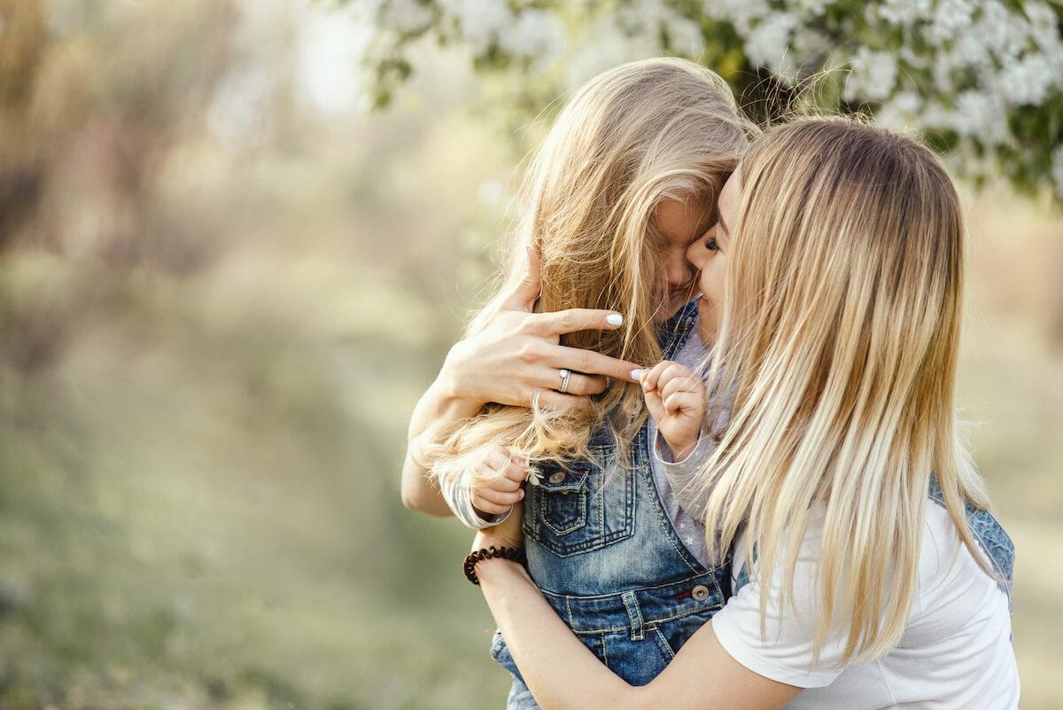 Mutter und Tochter im Freien. @shutterstock.com