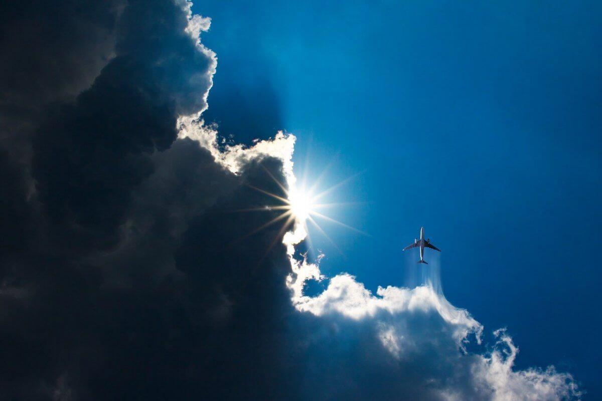 Ein Flugzeug fligt durch eine Wolke.