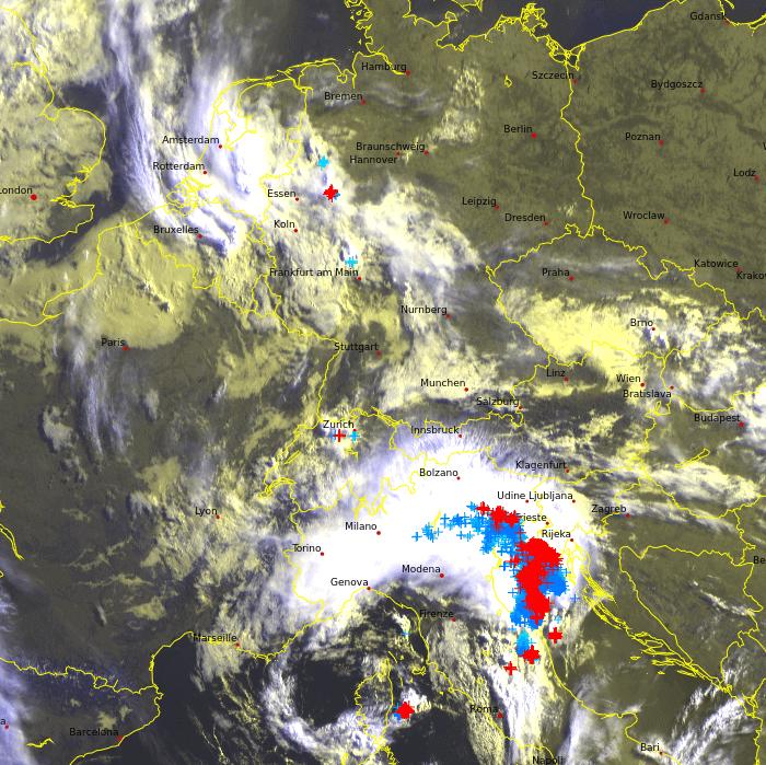 Satellitenbild und Blitze am Freitag um ( Uhr. © EUMETSAT / UBIMET