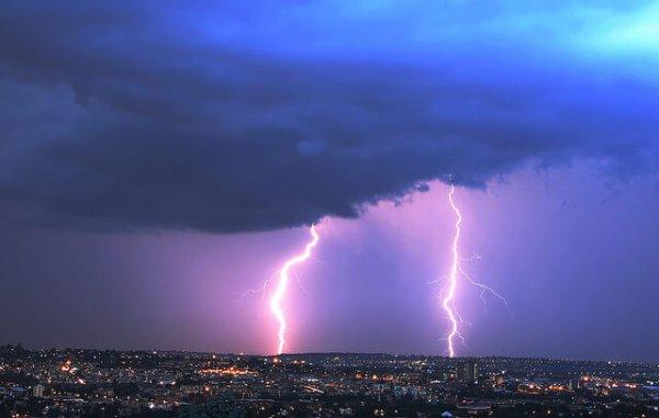 Kräftiges Gewitter mit Blitz und Donner.