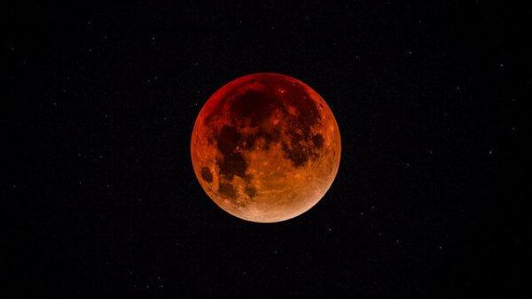 Freitagnacht findet die Jahrhundert-Mondfinsternis statt.