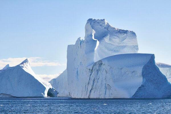 Ein Eisberg bedroht ein Dorf in Grönland