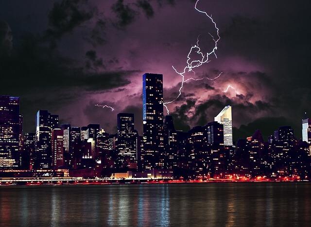 Blitze über der Skyline von New York.