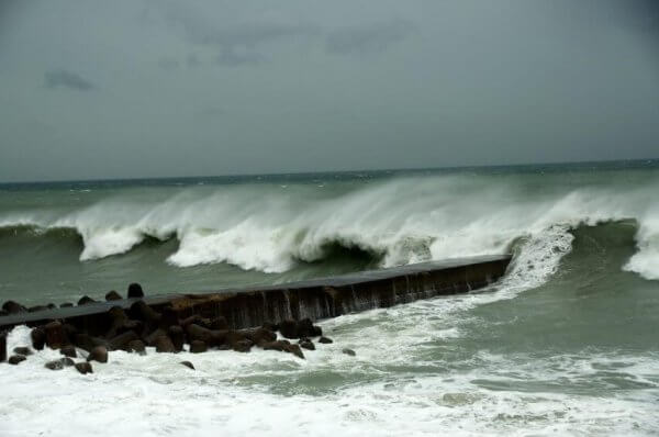 Ein Taifun trifft auf die Küste.