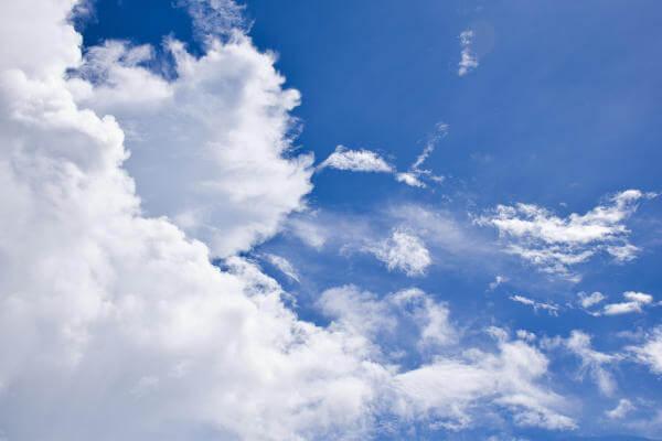 Wenige Wolken, viel Sonnenschein