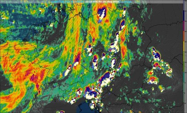 Aktuelles Satellitenbild (IR) und Blitze. © EUMETSAT / UBIMET