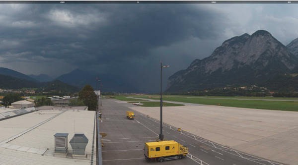 Blick nach Westen vom Flughafen Innsbruck - Quelle: https://innsbruck-airport.panomax.com/#