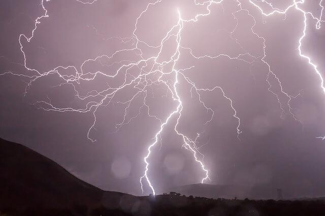 Blitze am Nachthimmel