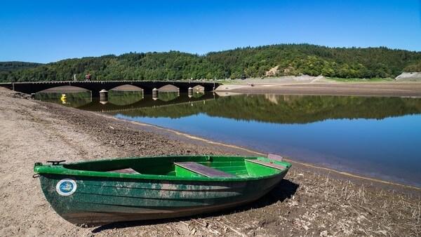 So wie am Edersee in Hessen sieht es an vielen Stauseen und Flüssen aus