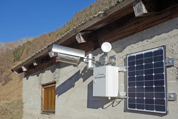 Außenansicht: Stahlgehäuse mit Solarpanelen und Hardware © https://www.foto-webcam.eu