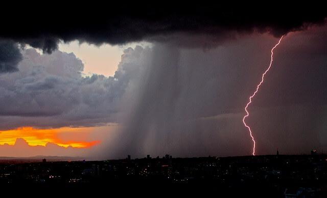 Gewitter mit Blitz und Starkregen © pixabay.com