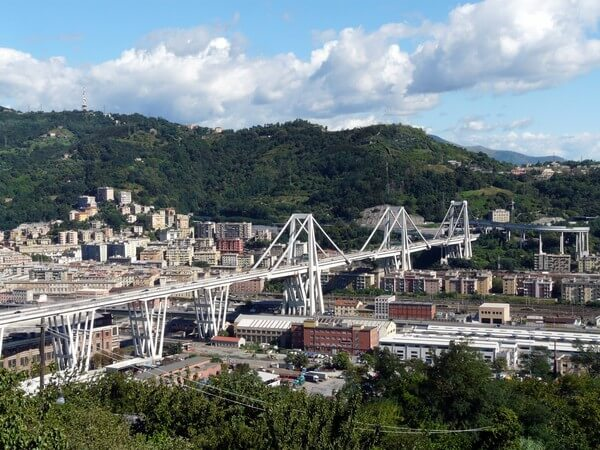 Die Ponte Morandi über dem Val Polcevera in Genua.