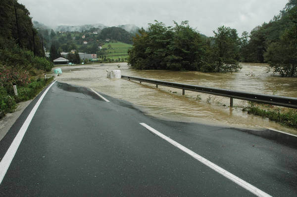 Überflutete Straße nach Starkregen