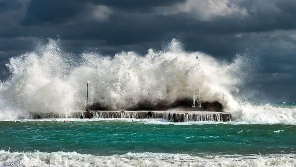 Taifun TRAMI prallt an die japanische Küste