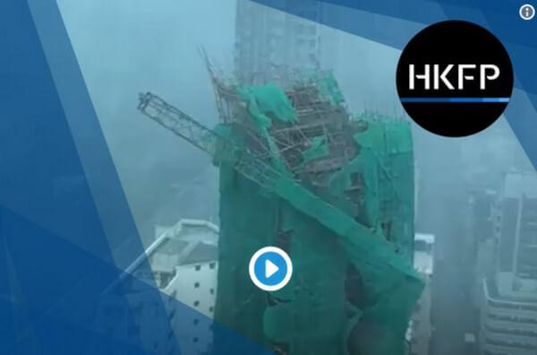 Ein an einem 22-stöckigen Neubau befindlicher Baukran wird umgeweht und stürzt ab @ Hong Kong Free Press, https://twitter.com/HongKongFP