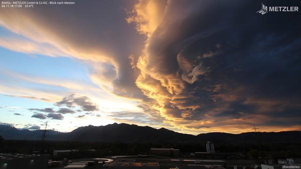 Föhnwolken bei Sonnenuntergang, aufgenommen von einer Webcam @ https://www.foto-webcam.eu/webcam/roethis-west