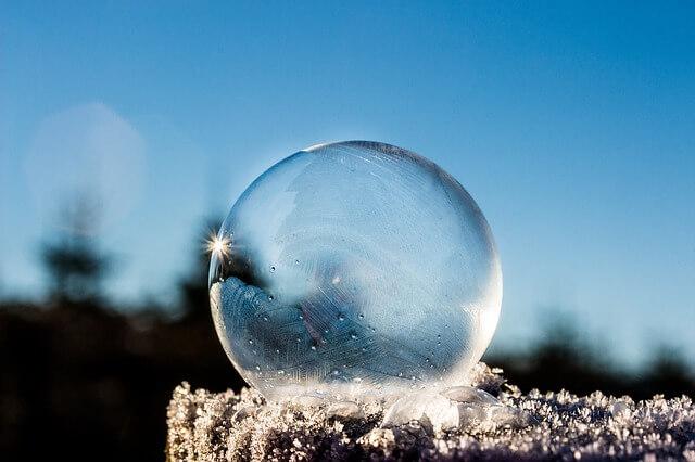 Winterliche Kälte lässt Seifenblasen gefrieren.